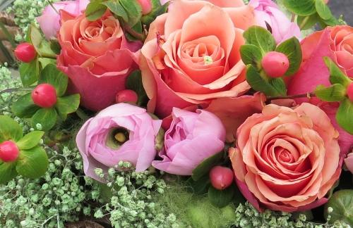 een plaatje met rozen en ranonkels dat verwijst naar de pagina groendecoratie, waar informatie te vinden over de workshops groendecoratie
